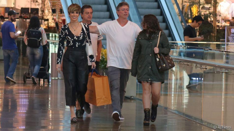 Ana Furtado foi fotografada com a família em shopping do Rio neste sábado, 13 de julho de 2019