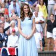 Kate Middleton usou vestido azul bebê assinado pela estilista Emilia Wickstead