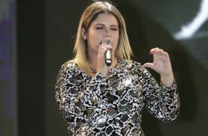 Grávida do 1º filho, Marília Mendonça faz carinho na barriga em show. Fotos!