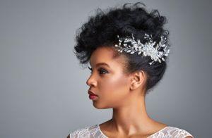 5 ideias de penteados para noivas de cabelos crespos e cacheados