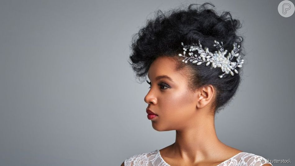 O penteado moicano com uma tiara na parte de trás é uma opção moderna e fashion para noivas cacheadas