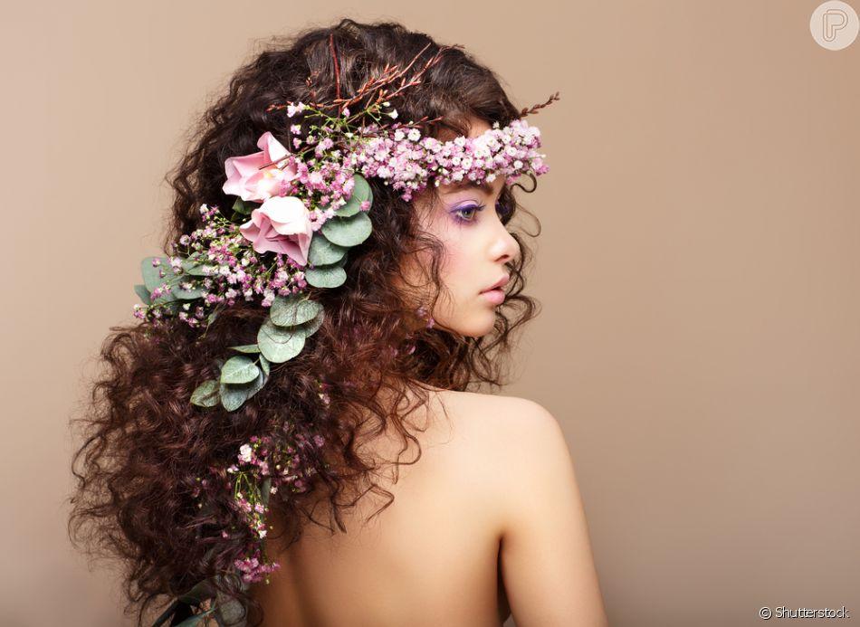 A Tiara De Flores Deixa O Penteado Semi Preso Cacheado Ainda