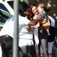 Filho de Isis Valverde, Rael ganha carinho de fã da atriz