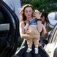 Isis Valverde ampara o sono do filho, Rael, com a mãe na cabeça dele