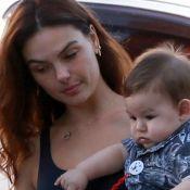Mamãe fitness, bebê fofo! Isis Valverde deixa academia com filho, Rael, no colo