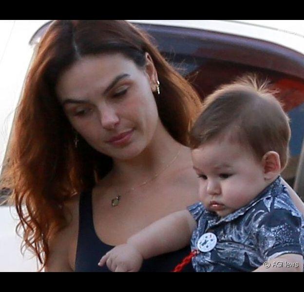 Mamãe fitness, bebê fofo! Isis Valverde deixa academia com filho, Rael, no colo neste sábado, dia 20 de julho de 2019
