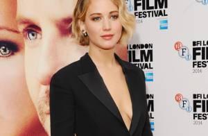 Jennifer Lawrence usa look decotado da Dior na première do filme 'Serena'