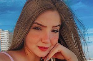 'Menina Fantasma' rebate internauta após critica sobre corpo em foto de maiô