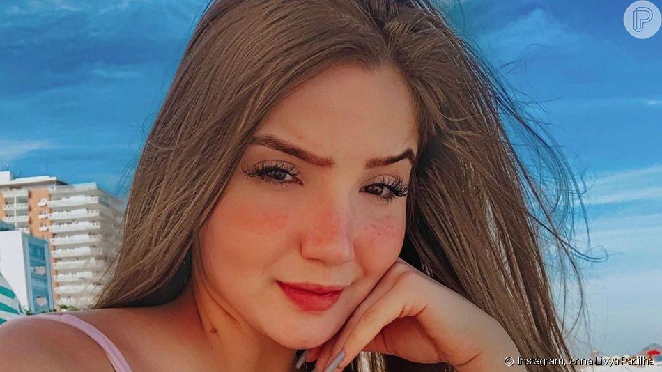 'Menina Fantasma' do SBT, Anna Livya Padilha reagiu após internauta indicar estrias em foto de maiô nude: 'Tem algum problema?'