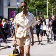 cindy Bruna combinou a dela com camisa utilitária oversized e tênis brancos