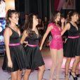 Luana Marquezine combinou vestido preto com fita rosa em look de dança com amigas