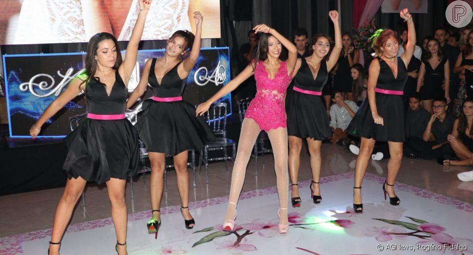 Irmã de Bruna Marquezine, Luana impressiona ao dançar com grupo de amigas em festa de 15 anos de Luana Soares