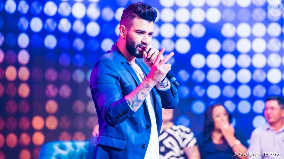 Gusttavo Lima divide yakisoba com público após show, em 3 de agosto de 2019