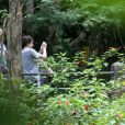 Harrison Ford observa a natureza enquanto Calista Flockhart e Liam tiram fotos