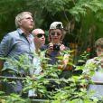 Harrison Ford observa o Parque Nacional da Tijuca enquanto Calista Flockhart e Liam preparam as máquinas para as fotos