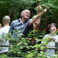 Harrison Ford, sua mulher, Calista Flockhart, e o filho por ela adotado, Liam, se encantam com o Parque Nacional da Tijuca, no Rio, em 20 de fevereiro de 2013