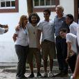 Harrison Ford posa para fotos com funcionários do Jardim Botânico