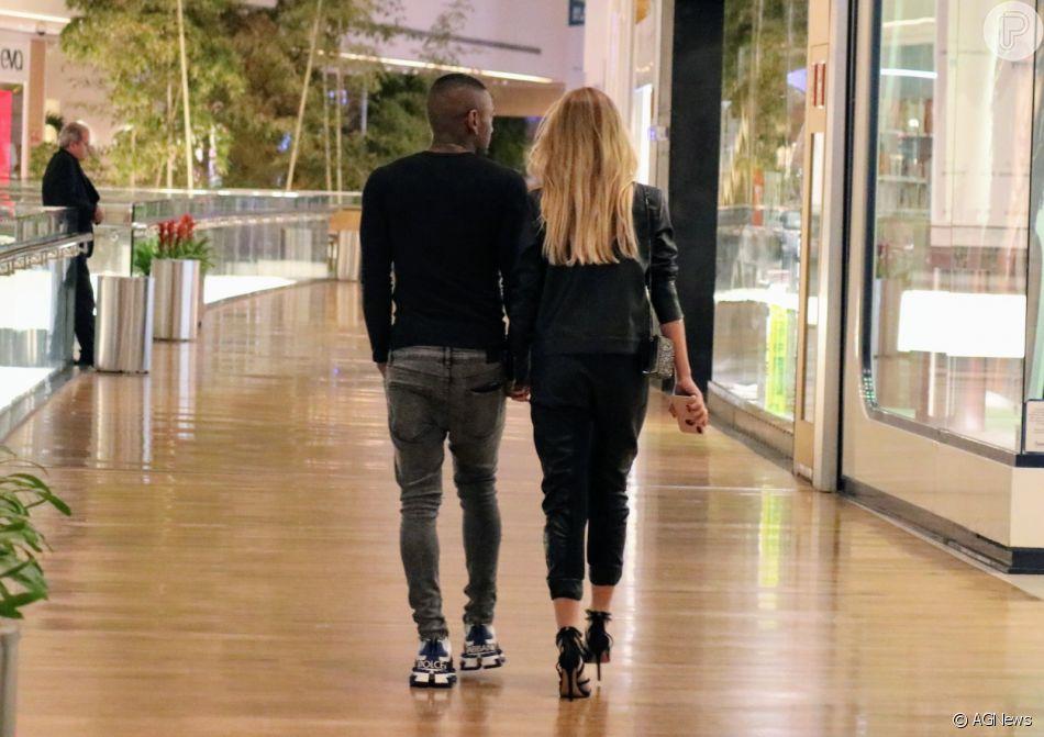 Noiva De Nego Do Borel Duda Reis Chama Atencao Por Salto Superalto Para Ida Ao Shopping Purepeople
