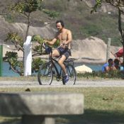 Juntinhos! Sergio Guizé anda de bicicleta com mulher, Bianca Bin, em orla do Rio