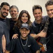 Neymar surpreende fãs de Paula Fernandes em show e canta em bastidor: 'Shallow'