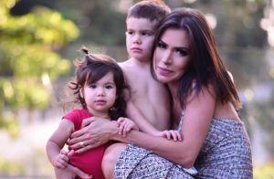 Filho de Adriana Sant'Anna ganha beijo da irmã em vídeo: 'Me sujou de batom'