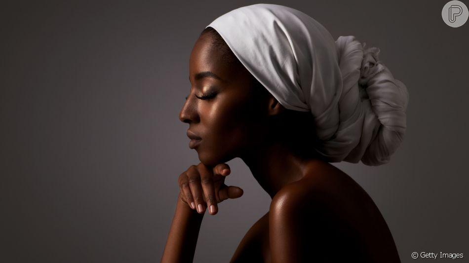 Maquiagem com iluminador: extremamente versátil, o iluminador pode ser usado em todos os tons de pele e formatos de rosto