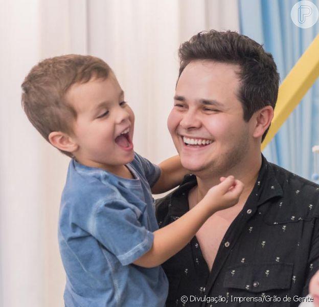 Filho mais velho de Matheus Aleixo, Davi, de 4 anos, faz aula de bateria. Confira vídeo postado por Paula Aires nesta quinta-feira, dia 22 de agosto de 2019
