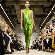 O verde bem vibrante é uma das cores favoritas da vez para os vestidos de festa