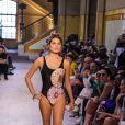 Sasha Meneghel abriu desfile da Água de Coco montado no Mercado Municipal de São Paulo