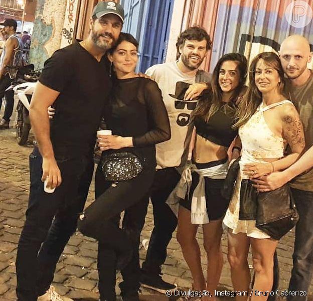 Carol Castro e Bruno Cabrerizo se beijam em festa no subúrbio carioca, em 1º de setembro de 2019