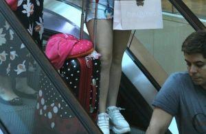 Larissa Manoela alia jaqueta bomber a jeans em ida às compras com a mãe. Fotos!