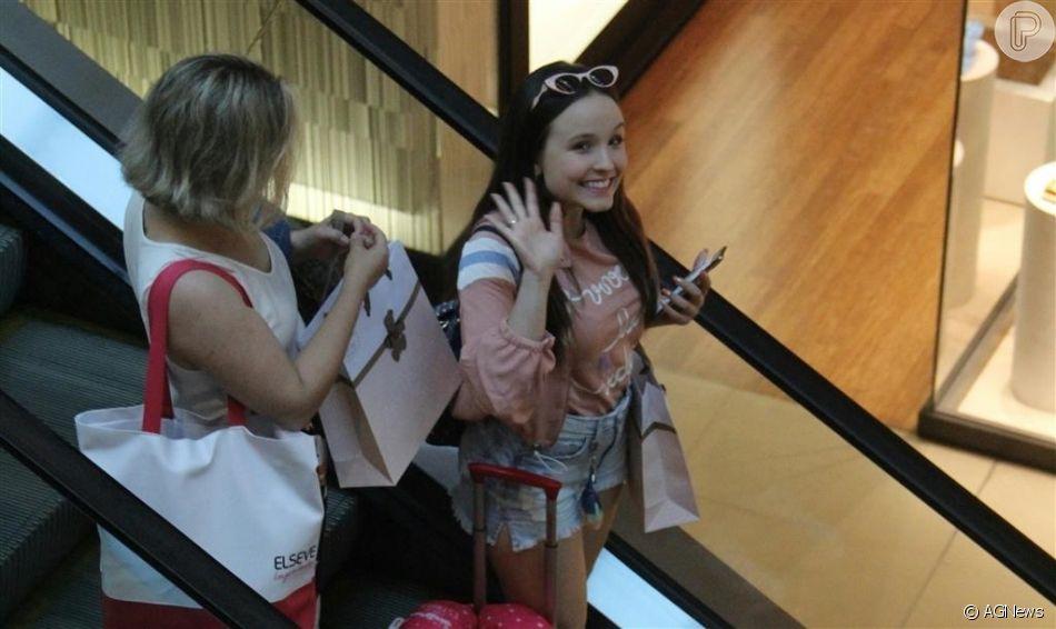 Larissa Manoela é fotografada em dia de compras no shopping Vilagge Mall, localizado na Barra da Tijuca, zona oeste do Rio de Janeiro, neste domingo, 01 de setembro de 2019