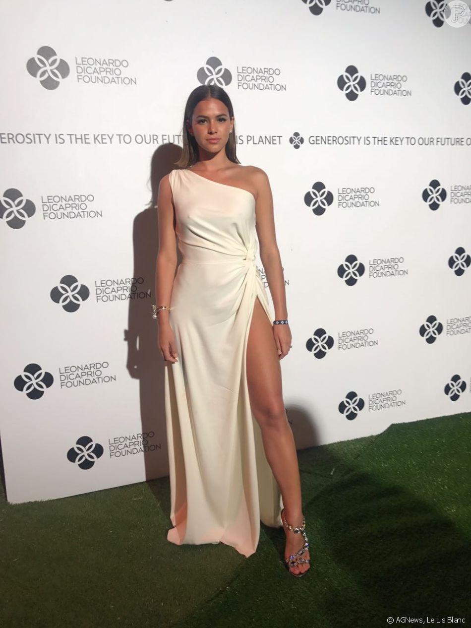 Bruna Marquezine exibe minissaia, vestidos e mais looks