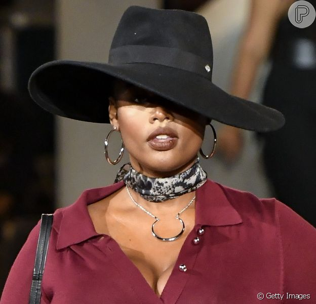 Lenço no pescoço e chapéu preto de aba longa: acessórios foram aposta da grife Tommy Hilfiger na NYFW