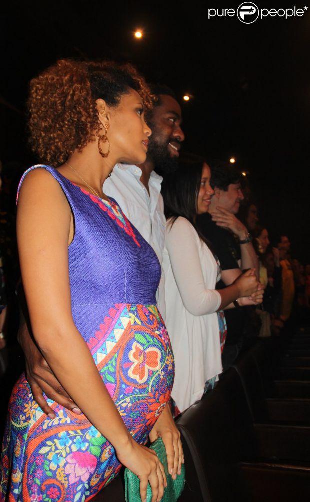 Taís Araújo posa com o marido, Lázaro Ramos, em peça de teatro no Rio, na noite desta quarta-feira, 15 de outubro de 2014