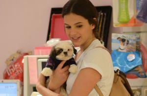 Lambidas! Bruna Marquezine e Títi dão show de fofura em vídeo com cachorros