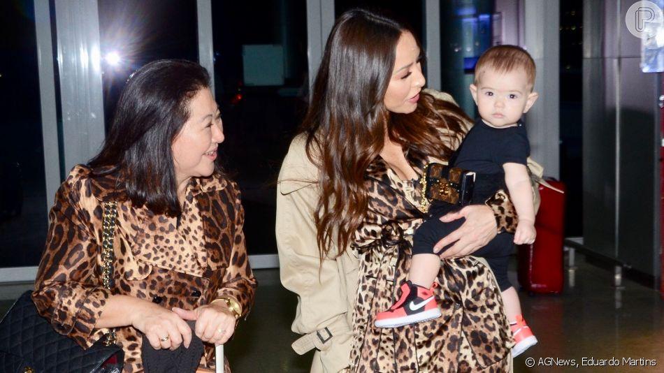 Sabrina Sato embarca com a filha, Zoe, para semana de moda na Europa e look grifado de bebê chama atenção em fotos nesta quinta-feira, dia 19 de agosto de 2019