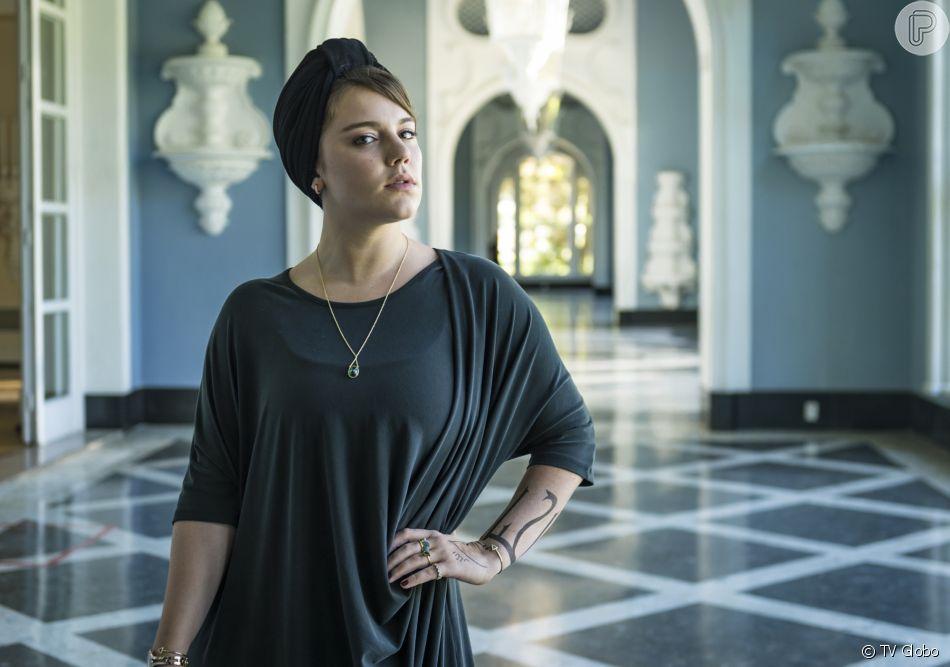 Dalila (Alice Wegmann) ameaça matar Camila (Anaju Dorigon) por ter assassinado seu pai na novela 'Órfãos da Terra'