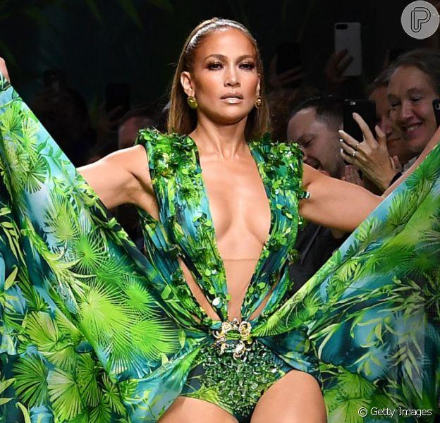Jennifer Lopez usa releitura de vestido icônico usado por ela há 19 anos em desfile nesta sexta-feira, dia 20 de setembro de 2019