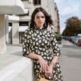 A atriz Bruna Marquezine escolheu um vestido com estampa dark floral para o desfile pela manhã em Paris
