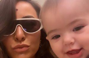 Filha de Sabrina Sato e Duda Nagle, Zoe deixa dentinhos à mostra em foto com mãe