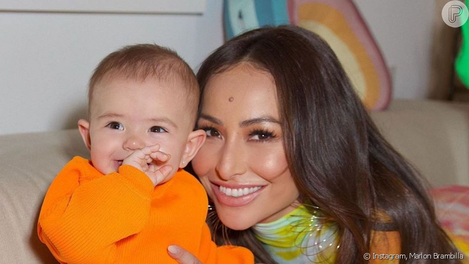 Filha de Sabrina Sato e Duda Nagle, Zoe, de 10 meses, mostrou dentinhos em foto com a mãe, nesta quinta-feira, 3 de outubro de 2019: 'Selfie'