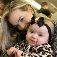 Filha de Thaeme Mariôto, Liz roubou a cena com look animal print no dia do aniversário de 34 anos da mãe