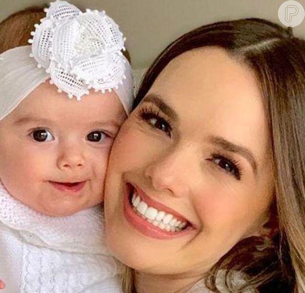 Filha de Thaeme Mariôto, Liz esbanjou fofura ao surgir com casaco animal print no dia do aniversário de 34 anos da mãe