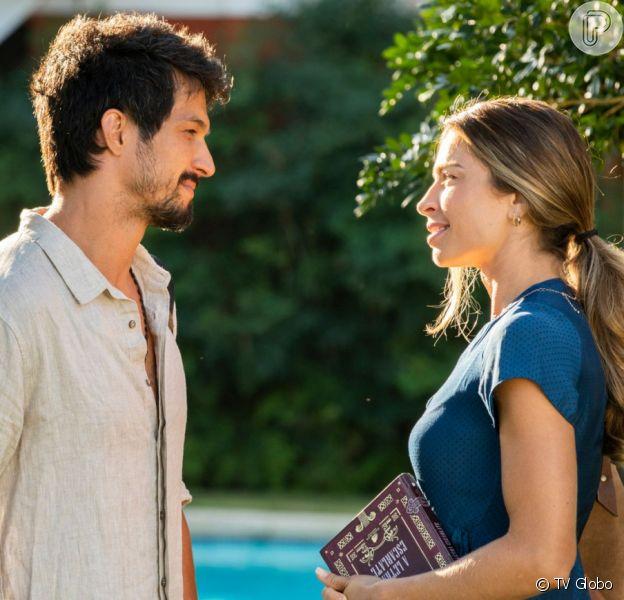 Marcos (Romulo Estrela) convida Paloma (Grazi Massafera) para viajar para Búzios na novela 'Bom Sucesso'