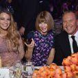 Blake Lively senta ao lado de Anna Wintour e Michael Kors
