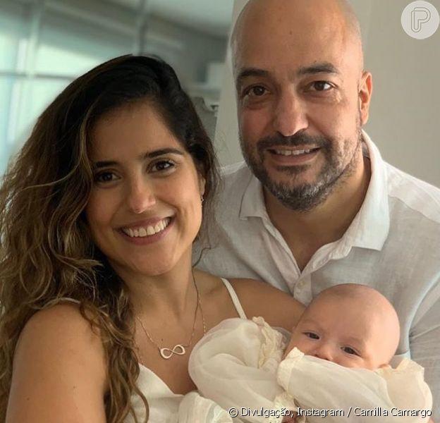 Camilla Camargo batiza o filho, Joaquim, ao lado do marido, Leonardo Lessa, em 19 de outubro de 2019