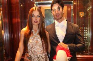 Isis Valverde usa fantasia com lente colorida em festa de Halloween com marido