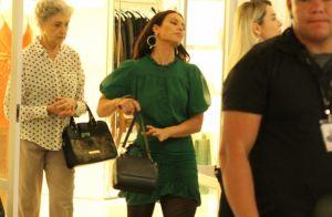 Paolla Oliveira elege look drapeado ao gravar novela em shopping do Rio. Fotos!