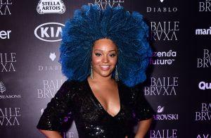 Juliana Alves colore cabelo black power de azul para baile: 'Cor que me protege'